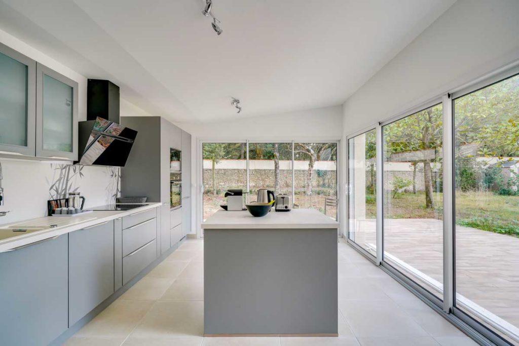 Création d'une cuisine dans une extension vitrée à La Rochelle